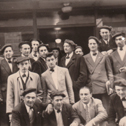 groupe de chanteurs devant un café à Lourdes